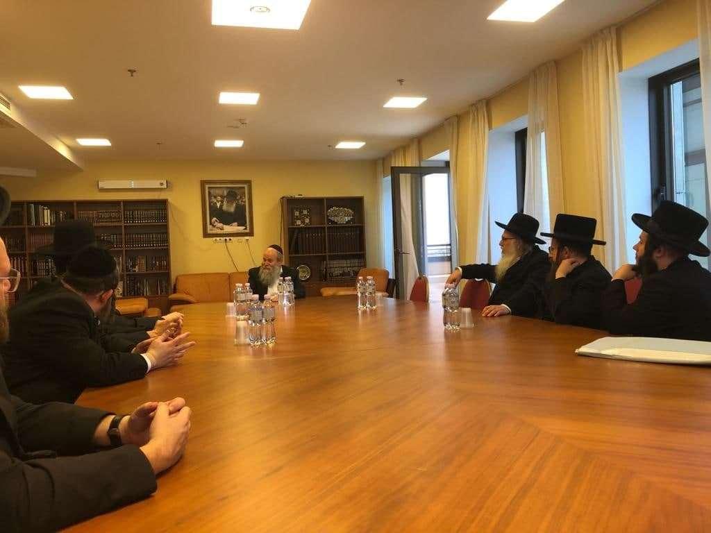 הנהלת ציון רבי נחמן מברסלב בפגישה אצל הרב קמינצקי