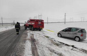 מזג האוויר באוקראינה - כוחות החילוץ מסייעים לרכבים שנקלעו למצוקה