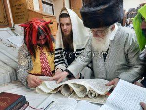 מעמד קריאת המגילה בציון רבי נחמן מברסלב באומן (3)