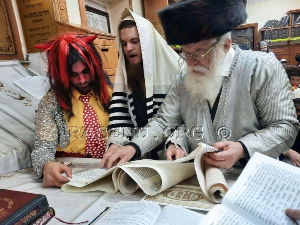 מעמד קריאת המגילה בציון רבי נחמן מברסלב באומן (5)