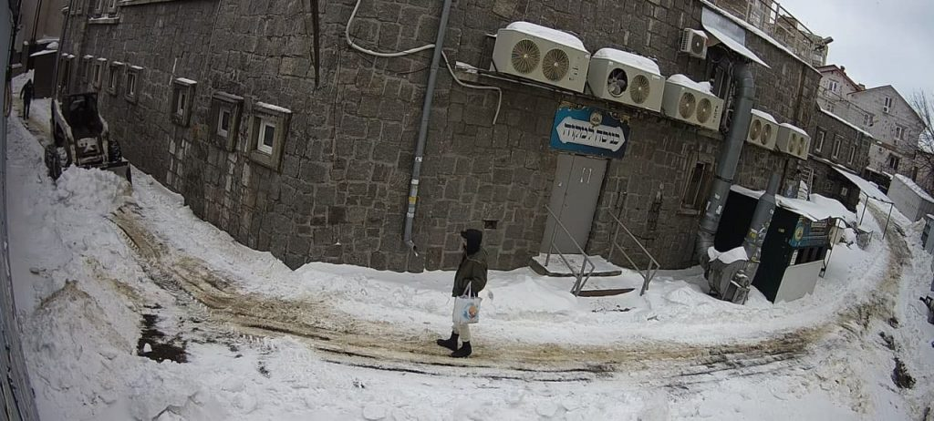 פינוי השלג ופתיחת הדרך למקוה הטהרה באומן