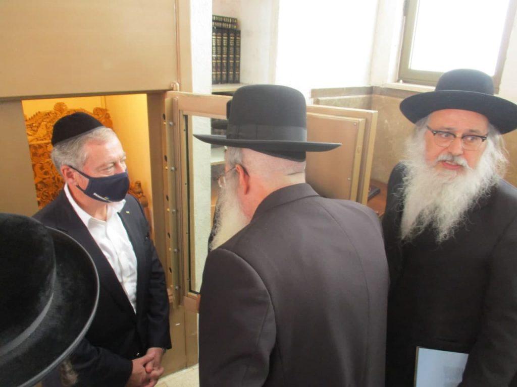 בבית הכנסת ברסלב - השול בירושלים על רקע הכיסא של רבינו