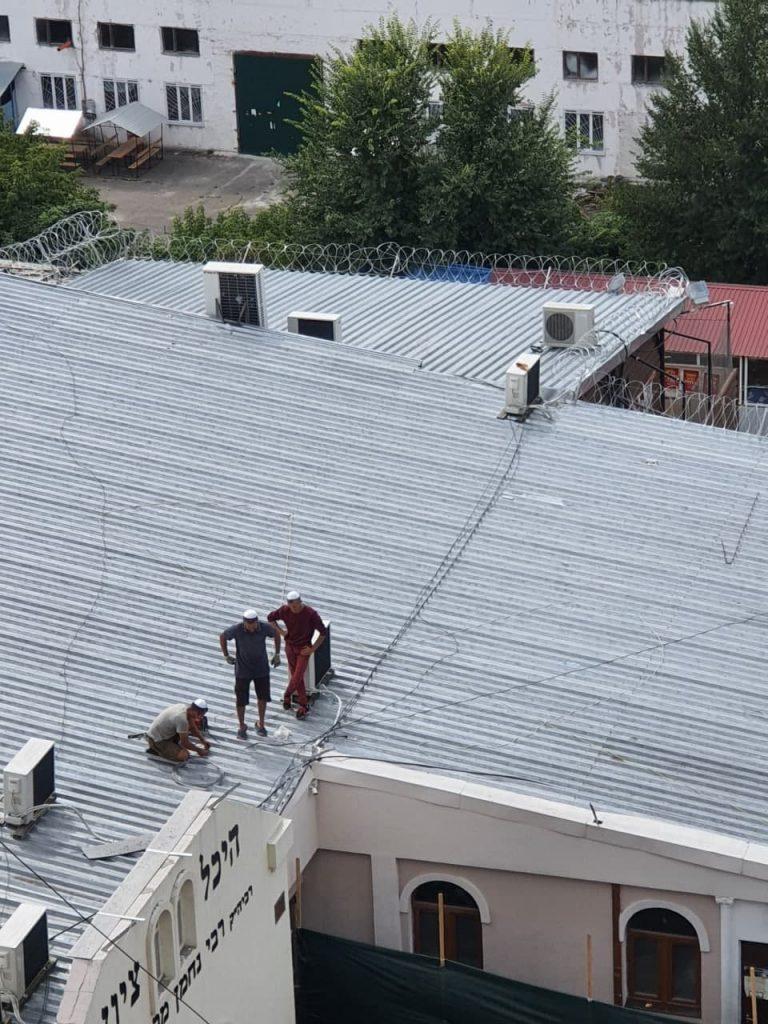 כהפקת לקחים מאסון מירון הותקנו סלילי תיל על גג ציון רבי נחמן מברסלב באומן